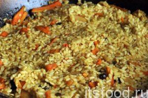 Начинаем готовить плов на малом огне в открытой посуде. Верхний слой риса можно слегка перемешивать. При быстром убывании воды, добавляем кипяток. Процесс приготовления риса в плове заключается не в его варке, а скорее, в пропитывании риса соками зирвака. Рис должен быть немного недоваренным, а на дне сковороды должна быть вода. Вегетарианский плов закрывается крышкой и снимается с огня. Именно снимаем. Особенно это касается электроплит. Рис сам выпьет остатки воды и станет настоящим украшением любого стола.