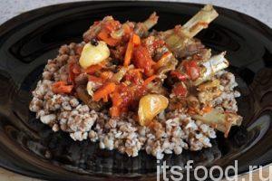 Поверх гарнира выкладываем кусочки баранины тушеной с овощами и добавляем подливу. Блюдо готово. Приятного аппетита!