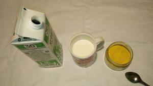 Налить в чашку 200-250 граммов кефира