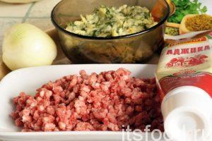 Возьмем немного мясного фарша. Для фарширования объемных овощей, всегда полезно и хорошо разбавить фарш недоваренным рисом или натертым картофелем. В нашем случае, использовался натертый сыр с рубленой зеленью. Это приближает начинку патиссона фаршированного к кавказским предпочтениям. Усилим кавказское присутствие. В фарш добавляем нарезанный лук, хмели-сунели, немного аджики и соли.