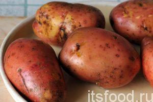 Промоем несколько клубней картофеля.