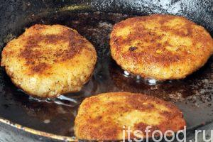 На сковороде с плоским дном нагреваем растительное масло. Немного расплющиваем наши шарики из рыбного фарша, превращая их в круглые котлетки. Выкладываем котлеты на сковородку и обжариваем с двух сторон на среднем огне. Котлеты из любой рыбы готовятся очень быстро, на каждую сторону уходить не более 5 минут. Готовые котлеты вынимаем со сковороды и помещаем их в отдельную тарелку.