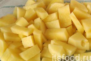 Нарежем картофель на брусочки и добавим его в кастрюлю. Варим суп на малом огне почти до готовности риса и картофеля. Только после этого поместим кусочки рыбы в кастрюлю. Доводим рыбный суп томатный до кипения и варим его не более 10 минут.