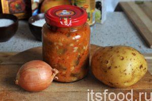 Начинаем готовить консервированный рассольник без мяса: Промоем картофелину и луковицу. Приготовим 1 баночку консервированного на зиму рассольника. Наберем в кастрюлю 1 литр воды и поставим ее на огонь.
