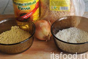Сейчас мы узнаем как сварить гороховую кашу: Подготовим растительное масло и репчатый лук. Определимся с основными компонентами гороховой каши. Подготовим горох, пшено и рис. Все крупы у нас чистые, перебраны и промыты в заводских условиях. Наливаем в кастрюлю 1.5 литра воды, добавляем щепотку соли и засыпаем горох, варим его в одиночестве, не менее 1.5 часов. Затем добавляем пшено и рис, добавляем кипяток и довариваем гороховую кашу с добавлением пшена и риса. Гороховая каша как основа – готова.
