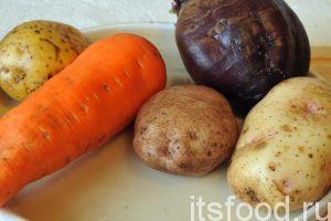 Сейчас мы узнаем как приготовить винегрет: Промоем в проточной воде основные корнеплоды: морковь, свеклу и картофель. Наберем в кастрюлю воды, добавим немного соли и сварим эти овощи.