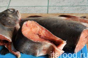 Приступаем к приготовлению хе из красной рыбы по-корейски: Размораживаем нашу красную рыбу – горбушу медленно и не до конца. Рыба должна быть немного твердой. Отделяем голову и хвостовую части, прочищаем брюшину от сгустков крови и режем тушку поперек на стейки.