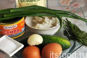 Начинаем готовить салат с сайрой консервированной и яйцами: Приготовим компоненты для салата. Рис нужно отварить в соленой воде и охладить. Куриные яйца необходимо отварить вкрутую и тоже охладить, огурец и лук промыть и почистить.