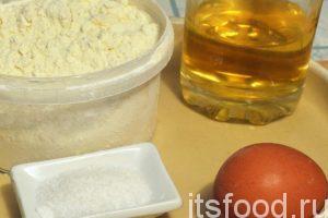 Начинаем готовить хворост по классическому рецепту: Подготовим муку, куриное яйцо, немного воды или молока. Нам понадобится растительное масло, которое тоже добавляется в тесто для хвороста.