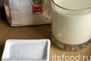 Начинаем готовить кабардинские лепешки с картошкой и сыром: Приготовления кабардинских лепешек начинается с муки и кисломолочных продуктов. Сначала нужно приготовить обычное пресное тесто. Нас выручит хлебопечка, она великолепно справляется с замесом любого теста. Засыпать в хлебопечку примерно 0.5 кг пшеничной муки, чайную ложку соли и немного соды. Можно добавить 1 столовую ложку растительного масла. Выливаем прямо на муку стакан кефира или простокваши комнатной температуры и начинаем замес. Через минут 20-25 пресное тесто для кабардинской лепешки будет готово.