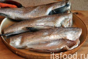 Для приготовления рыбы в томате нам потребуется 45-50 минут. Рыба в томате – рецепт: возьмем три минтая, который оттаял в щадящих условиях. С этой рыбой нужно немного повозиться, но конечное удовольствие, от готового блюда, того стоит. Потрошим рыбу и удаляем черные пленки из брюха.