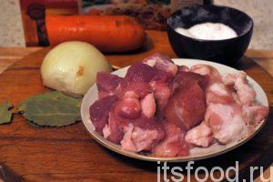 Сейчас мы узнаем, как приготовить плов в микроволновке. Нам будет достаточно 40 минут: Сначала займемся мясом. Кусок свинины необходимо промыть и сразу отделить наиболее жирные части. Эти части необходимо нарезать как можно мельче и поместить на сковородку, где из них можно вытопить немного натурального свиного жира. Шкварки можно оставить в сковородке. Промоем и почистим лук и морковь. Свинину нарежем на кусочки гуляшного размера.