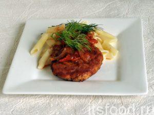 Котлеты из щуки с томатной подливкой готовы. Подаем их на плоских тарелках с любым гарниром, например, с отварными макаронами типа «перья». Томатная подливка значительно улучшает вкус котлет и гарнира. Украшаем блюдо веточками укропа.