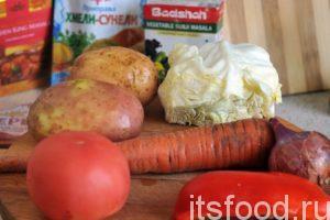 Промоем и почистим клубни картофеля, подготовим капусту. Промоем и почистим морковь с луком. Промоем помидор и половинку сладкого перца.