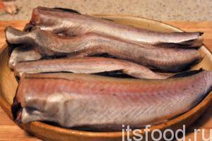Опустим рыбу в кухонную мойку и промоем холодной водой. Отрежем хвосты. Возьмем грубую губку для мытья посуды и проведем по рыбкам, начиная от хвоста. Через минуту наша рыба преобразилась.