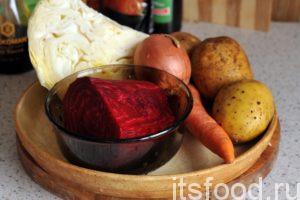 Промоем картофель, морковь и свеклу. Почистим корнеплоды. Капусту нужно освободить от внешних листьев.
