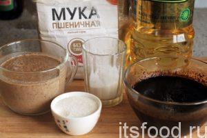 Подготовим пшеничную муку, соль, сахар, растительное масло, ржаной солод имеет вид молотого кофе. Его нужно поместить в отдельную чашку и запарить 100 мл кипятка с перемешиванием. Солод должен остыть.