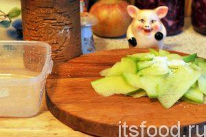 С помощью острого ножа нарежем половинку очищенного корнеплода на тонкие пластинки и добавим щепотку соли. Зеленая редька сразу начинает истекать соком.