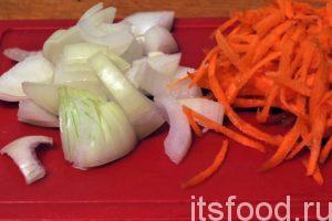 Порежем почищенный репчатый лук не небольшие дольки. Морковь можно натереть на терке. Добавим овощи в сковородку со шкварками.