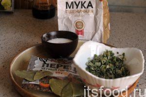 Приготовим все основные компоненты блюда. Если нет сушеного зеленого лука, его можно заменить свежим репчатым луком. При этом нужно добавить в кастрюлю различную сушеную зелень, например, петрушку.