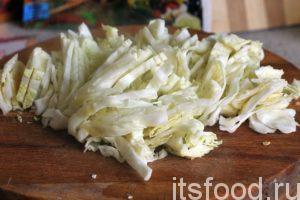 После того, как бульон со свининой для щей сварился, нужно вынуть из него кусок мяса и положить его в отдельную посуду. Бульон желательно процедить через металлическое сито и вернуть на огонь. Первым делом, нарежем свежую капусту и поместим ее в кастрюлю. Варим капусту в одиночестве 10-15 минут.
