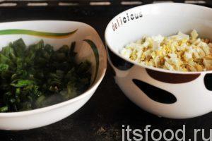 Почистим куриные яйца и нарежем их как можно мельче. Можно применить яйцерезку. Нарезаем зеленый лук, добавляем в него щепотку соли. Если лук немного помять столовой ложкой или толкушкой, образуется ароматный сок, который впитают нарезанные яйца. Смешаем оба компонента и начинка для пирога с луком и яйцом готова. Она должна быть умеренно соленой.