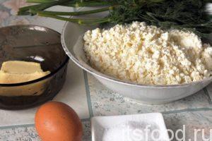 У нас есть достаточно времени заняться начинкой для пирогов. В отдельную емкость (чашку, миску, кастрюлю) нужно высыпать весь творог и растолочь его толкушкой до однородного мелкого состояния. В творог добавляется растопленное сливочное масло, взбитое яйцо и нарезанный укроп. Все перемешивается и солится по вкусу. Некоторые любители острой еды могут добавить кусочки свежего перца чили, или посыпать начинку черным молотым перцем.