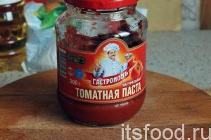 Наберем в отдельную кастрюлю 1 литр воды, добавим томатную пасту и доведем заливку до кипения.