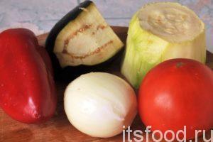 Подготовим набор овощей. Промоем и почистим кусок кабачка, немного баклажана, один крупный помидор и сладкий красный перец, одну головку лука.