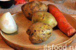 Промоем 3 картофелины, 1 морковь и почистим половину головки большой луковицы.