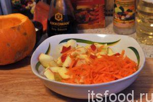 Нарежем наше промытое яблоко на мелкие кубики. Натрем морковь соломкой и добавим ее к яблоку.