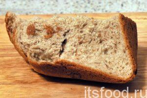 В отдельной глубокой посуде нужно размолоть на небольшие кусочки черствый хлеб и залить его половиной стакана теплого молока или воды.