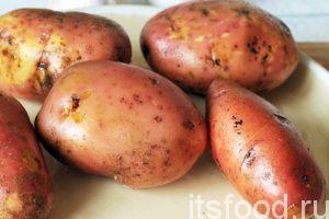 Промываем в воде картофель, нам будет нужно 4-5 небольших клубней картофеля.
