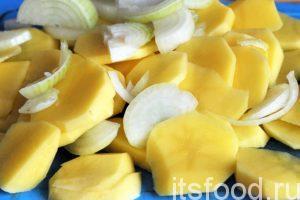 Нарежем картофель на тонкие пластинки-пятаки. Лук можно нарезать полукольцами.