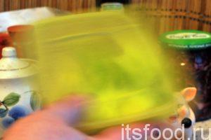 Переложим нарезку редьки в специальный пищевой контейнер и закроем его герметичной крышкой. Энергичными движениями встряхнем контейнер с ломтиками редьки. Контейнер нужно потрясти хотя бы одну минуту.
