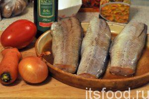 Выкладываем рыбу в отдельную емкость и добавляем соевый соус. Рыбные тушки необходимо переворачивать несколько раз за 15 минут, пока идет процесс ферментации. У нас есть время промыть и почистить овощи.