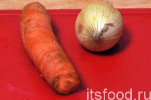 Возьмем морковь и одну луковицу. Почистим овощи и промоем их.