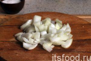 Нарежем очищенный лук и добавим его в наше овощное рагу с баклажаном.