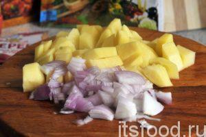 Нарежем очищенный картофель на небольшие брусочки, накрошим лук и добавим эти компоненты в щи. Продолжаем варить суп на малом огне 10 минут.