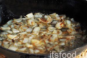 В отдельной сковородке нагреем растительное масло и обжарим заправку из лука, которая улучшит вкус рассольника консервированного.