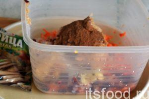 У нас есть 15 минут, для того чтобы приготовить начинку. Промоем яблоко, удалим из него сердцевинку и, не снимая кожицы, нарежем его на мелкие кубики. В отдельной посуде соединим натертую морковь, нарезку яблока, сахар и молотую корицу.