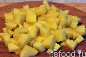 Нарежем картофель на небольшие кубики и поместим его вслед за капустой в кастрюлю. Продолжаем варить щи на малом огне.