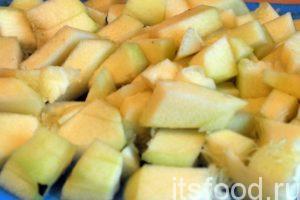 Нарежем подготовленный кабачок на небольшие брусочки, размером 1х2 сантиметра.