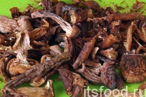 Опускаем в кастрюлю следом за чечевицей горсть сушеных опят (или других грибов). Убавим огонь и варим суп на медленном огне 20 минут.