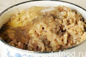 Наш фарш для рыбных крокетов с картофелем почти готов. Добавим в него сырое яйцо, соль и немного черного молотого перца. Рыбно-картофельный фарш для крокетов нужно хорошо вымесить руками.