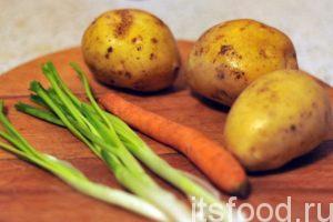 Приготовим картофель, морковь и лук.