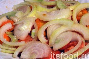 Нарежем помидоры пластиками и уложим их поверх курятины. Сверху поместим нарезанный лук, который нужно посыпать солью. Соль вызовет выделение сока из помидоров и лука, который будет стекать в мясо и мариновать его. Накроем посуду крышкой и оставим курятину на 1 час.