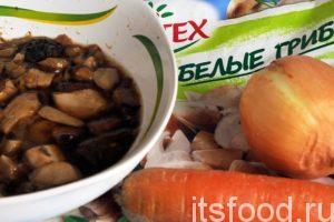 Приготовим замороженные белые грибы (они должны оттаять), луковицу и морковь. Лук и морковь необходимо промыть и почистить. Дальнейшие действия будут однообразны, будем закладывать все компоненты солянки в кастрюлю, где она готовится.