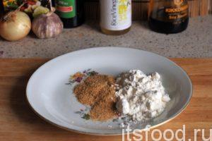 Смешаем панировочные сухари и пшеничную муку на отдельной плоской тарелке.