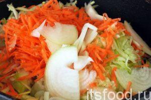 Туда же, в сотейник натираем морковь соломкой и закладываем нарезанный полукольцами лук. Наливаем растительное масло и ставим сковородку на средний огонь. Овощи необходимо слегка потушить и обжарить. На эту операцию потребуется не более 7-8 минут.